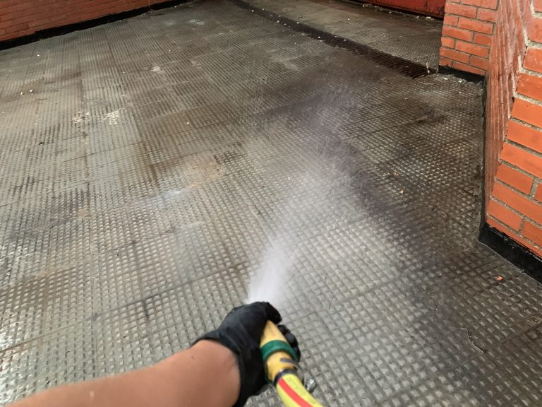 Limpieza por okupas a garaje de una comunidad de propietarios.